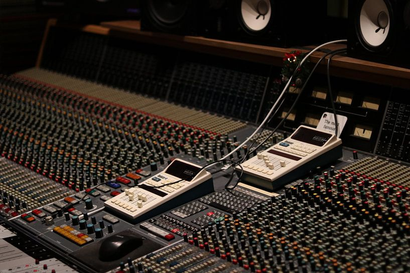 Opname studio met analoge mengtafel van Dennis Beentjes