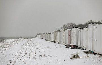 Rangée de maisons de plage dans la neige sur Percy's fotografie
