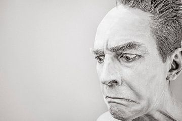 Man in zwart-wit die gek kijkt van Natasja Tollenaar