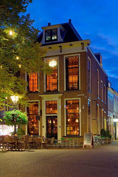 Café te Delft in de nacht van Anton de Zeeuw