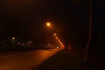 Straat bij nacht. van Bas Smit