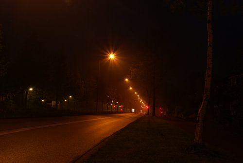 Straat bij nacht. van