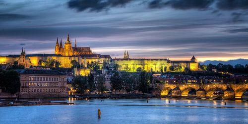 Prager Burg und Karlsbrücke bei Nacht van