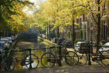 Fiets op brug in Amsterdam van Michel van Kooten