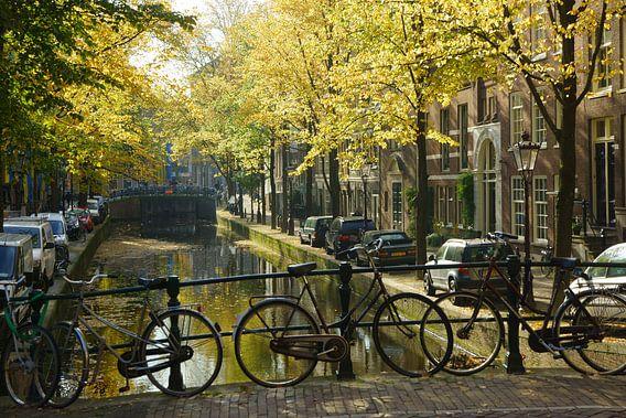 Fiets op brug in Amsterdam