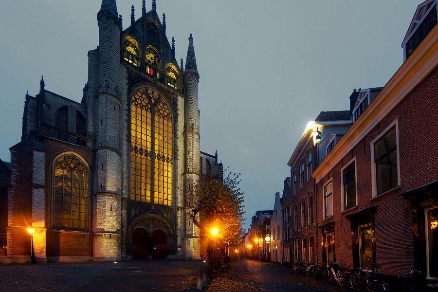 Straat in Leiden met de Hooglandse kerk