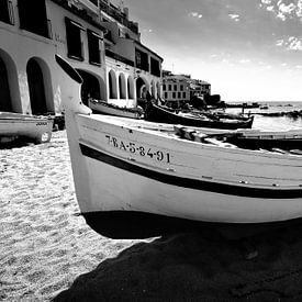 Bateau de pêche traditionnel sur la plage, Espagne (noir et blanc) sur Rob Blok