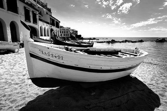 Traditionelles Fischerboot am Strand, Spanien (Schwarz-Weiß)