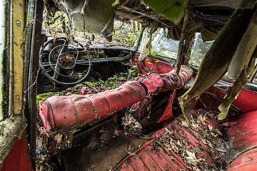 Oude auto vervallen binnenkant van Inge van den Brande