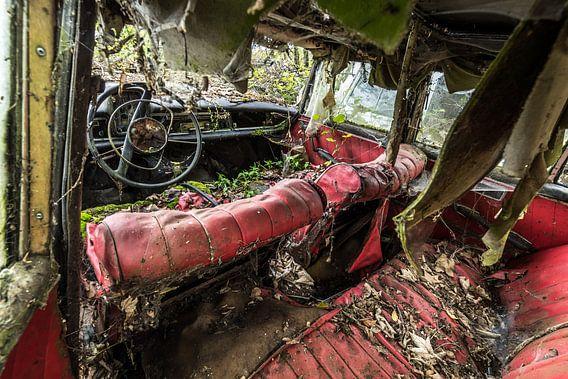 Oude auto vervallen binnenkant
