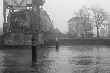 'De Hef' (Koninginnebrug) in Rotterdam in de mist (zwart/wit) van Michel Geluk