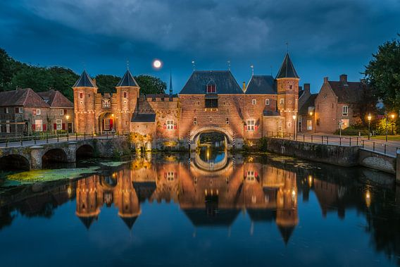 Blauwe uur bij de Koppelpoort in Amersfoort van Edwin Mooijaart