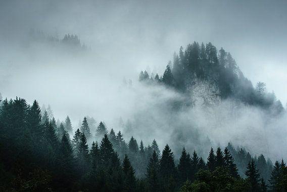 Een mistig berglandschap