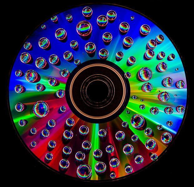 CD met waterdruppels - colorfull van Photography by Karim