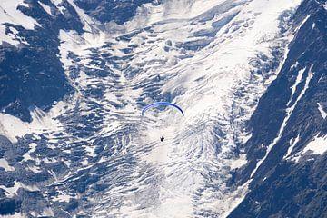 Ein Gleitschirm schwebt über dem Gletscher von Barbara Brolsma