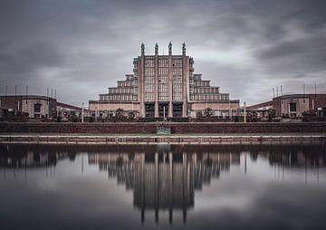 Paleis 5 van het Brussels Expogebouw met reflectie in water van Daan Duvillier