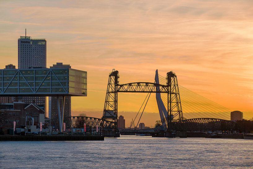 De Hef en Erasmusbrug tijdens zonsondergang van Mark De Rooij