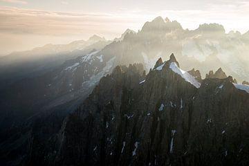 Sonnenaufgang über den Bergspitzen bei Aiguille du Midi von Febe Waasdorp