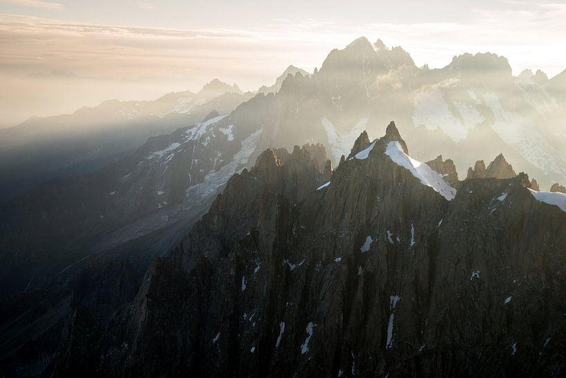Lever de soleil sur les sommets de l'Aiguille du midi sur Febe Waasdorp