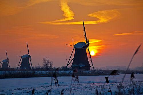 Zonsopkomst Kinderdijk in de winter van Anton de Zeeuw