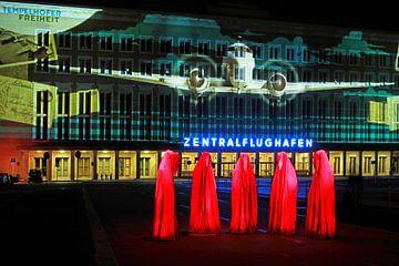 Berlin : la façade de l'ancien aéroport de Tempelhof avec une projection lumineuse spéciale et cinq