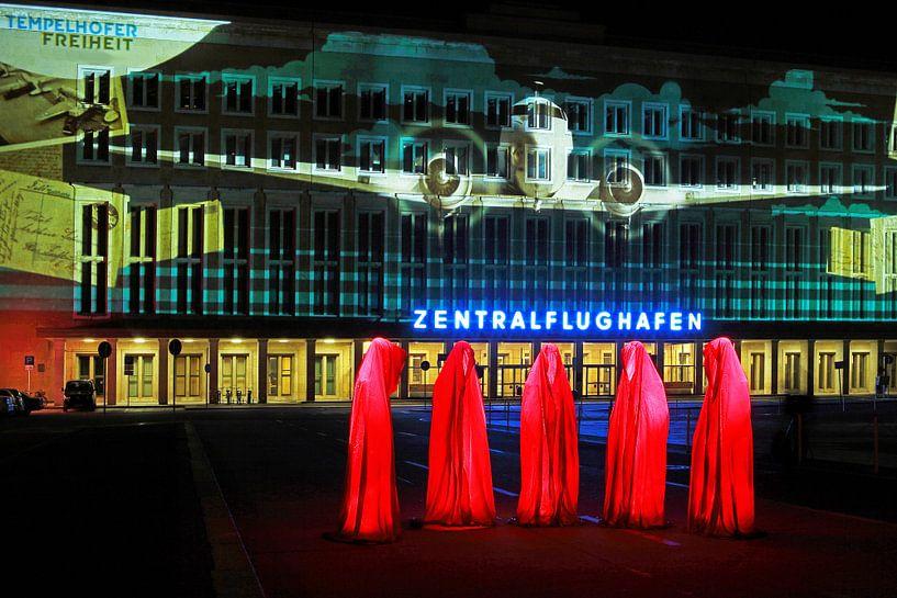 Berlin : la façade de l'ancien aéroport de Tempelhof avec une projection lumineuse spéciale et cinq  sur Frank Herrmann