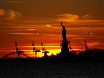 Statue of Liberty na zonsondergang van Jutta Klassen