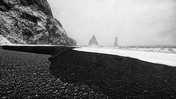 Koud IJsland; Waar sneeuw, lava zand en water elkaar ontmoeten. van Michael Kuijl