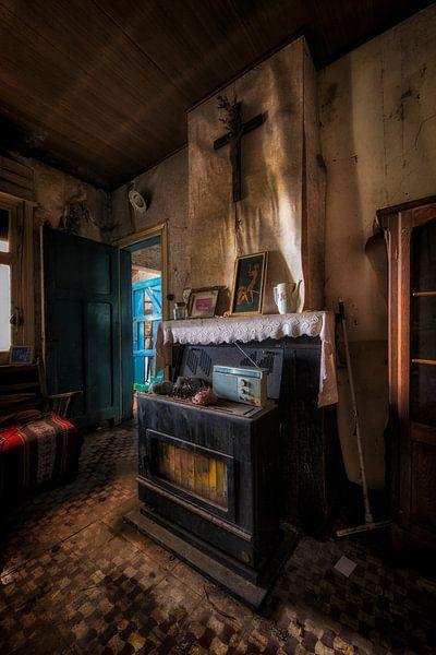 Een oude kachel op een verlaten plek in Belgie