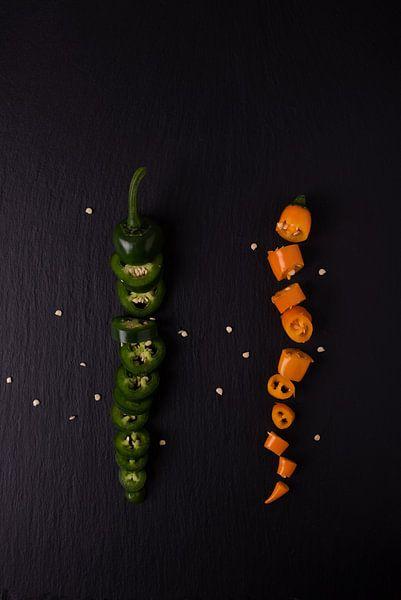twee gekleurde pepers 2 van 3 van Anita Visschers