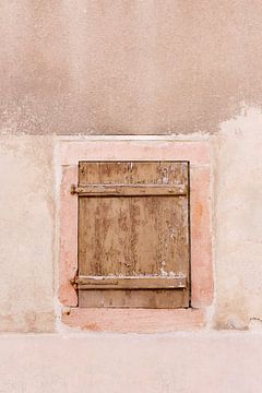 Houten venster in aardse tinten | Zalm roze oude muur in de Elzas Frankrijk | Wall art van Milou van Ham