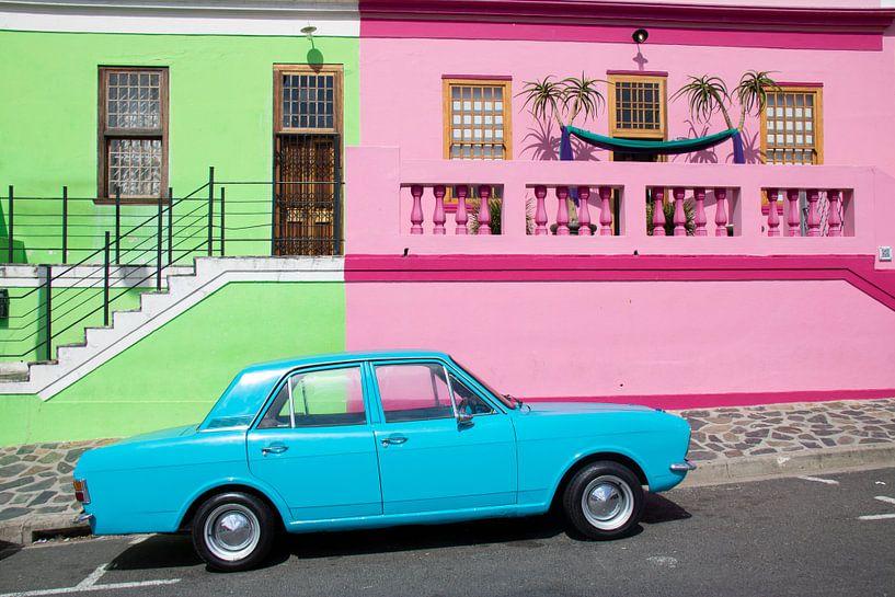 Blauwe Oldtimer in Bo-Kaap, Kaapstad (Zuid Afrika) van Mark Zoet