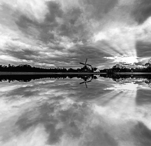Windmolen reflectie in het water van Brian Morgan