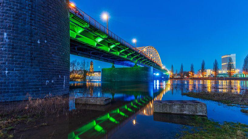 De John Frostbrug tijdens het blauwe uur in Arnhem van Bart Ros