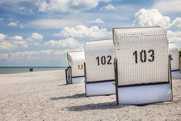 Weiße Strandkörbe in Zingst von Christian Müringer