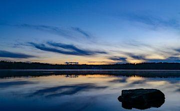 Sunset over a lake in Sweden in summer sur Sjoerd van der Wal