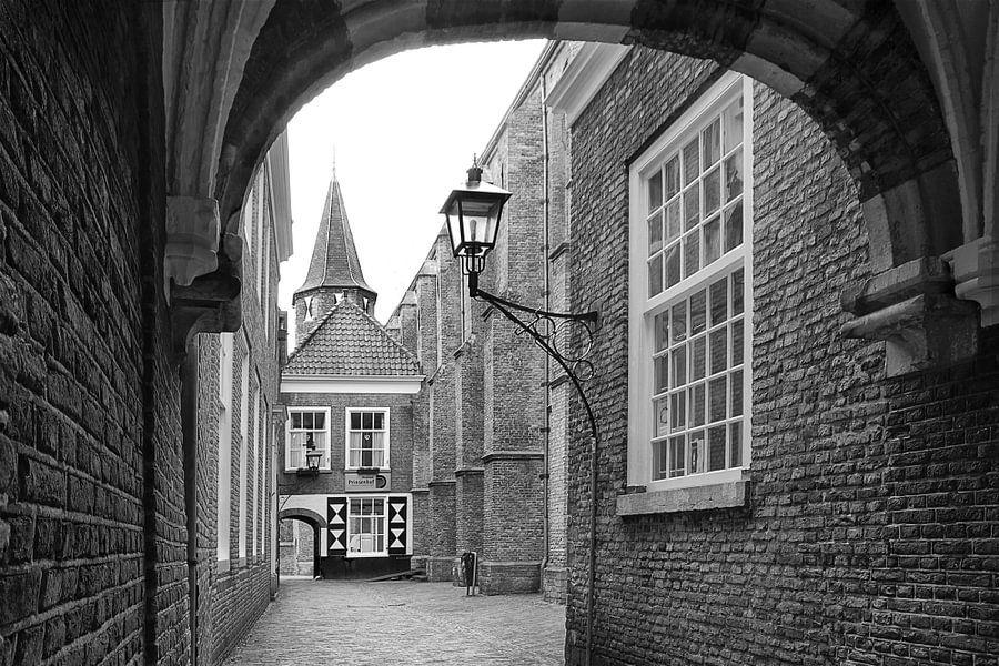 De Prinsenhof in Delft, Nederland in zwart-wit