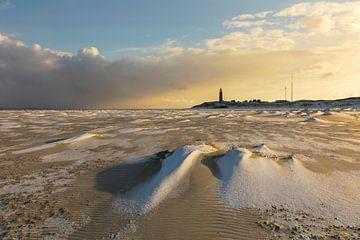 Verschneiter Strand mit rotem Leuchtturm von Karla Leeftink