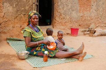 Vrouw geeft kinderen eten van