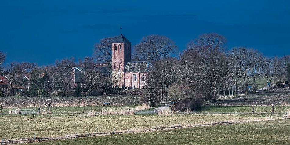 Voorjaarszon op het Sint Nicolaaskerkje van Westerland van Harrie Muis