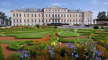 Ansicht der Vorderseite des Rundale-Palastes in Lettland von Gert Bunt
