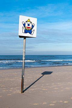 Clown am Strand von Wim Stolwerk