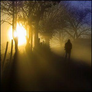 Silhouet in de mist bij zonsopgang van