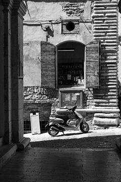 Scooter in een typisch italiaans straatje van Chantal Koster