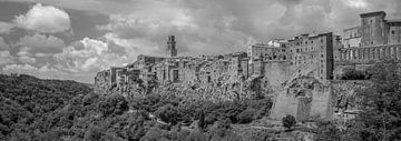 Monochrome Toskana im Format 6x17, Pitigliano von Teun Ruijters