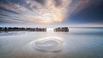 Zandbank in het IJsselmeer bij zonsondergang van