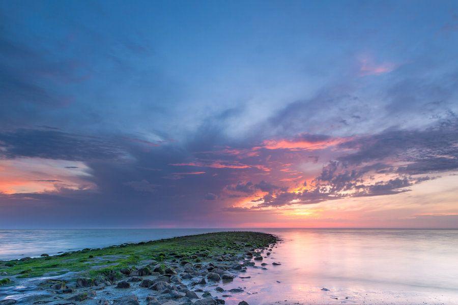 Zonsondergang Noordzee met donkere wolken en strekdam van Mark Scheper