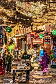 Mensen in kleurrijke steeg in de medina van Marrakech in Marokko van Dieter Walther