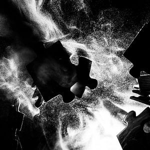 Botsende puzzelstukjes zwart-wit van