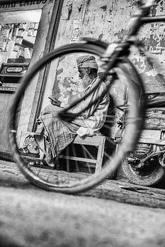 Man met tulband ingekaderd door fietswiel van Leonie Broekstra